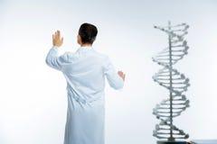 Gedraaide terug medische arbeider die onzichtbare touchscreen gebruiken Royalty-vrije Stock Fotografie