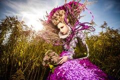 Gedramatiseerd beeld van sensueel maniermeisje - de openluchtfoto van Art Fashion. Stock Foto's