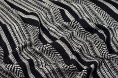 Gedrapeerde zwart-witte gestreepte stoffentextuur stock fotografie