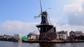 Gedrehte Adriaan-Windmühle in Haarlem, die Niederlande, stock video