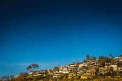 Gedrängte Häuser auf Abhang Lizenzfreies Stockbild