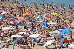 Gedrängter Strand am Sommer Lizenzfreie Stockfotos