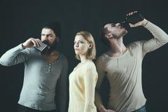 Gedronken het worden De mannelijke vrienden genieten van drinkend partij Mooie vrouw met mannen die alcohol drinken De beste vrie stock afbeelding