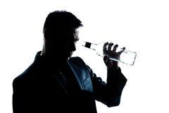 Gedronken mens het bekijken een lege alcohol botlle royalty-vrije stock foto's