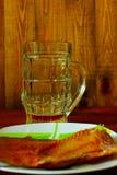 Gedronken niet omhoog glas van bier en overzees-voorn stock fotografie