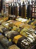 Gedroogd fruit bij de Kruidmarkt in Istanboel, Turkije Royalty-vrije Stock Foto