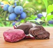 Gedroogde pruimen in chocolade Royalty-vrije Stock Afbeeldingen