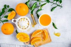 Gedrukt jus d'orange en verse sinaasappelenvruchten op wit houten t royalty-vrije stock afbeelding