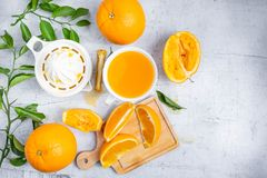 Gedrukt jus d'orange en verse sinaasappelenvruchten op wit houten t stock afbeeldingen