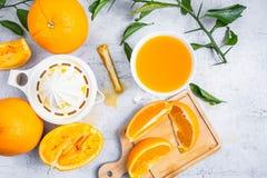 Gedrukt jus d'orange en verse sinaasappelenvruchten op wit houten t royalty-vrije stock foto's