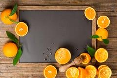 Gedrukt jus d'orange op bord stock afbeelding