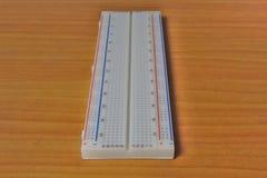 Gedrukt protoboard op een houten lijst - rechtstreeks royalty-vrije stock afbeelding
