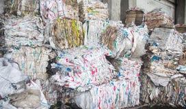 Gedrukt vuilnis voor verdere verwerking, het sorteren en verwerking van huisvuil, materiaal royalty-vrije stock foto's