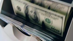 Gedrukte dollars die zich in een tellend die materiaal bewegen, bij een bank wordt gecontroleerd stock videobeelden