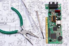 Gedrukte kringsraad en precisiehulpmiddelen op diagram van elektronika, technologie Stock Fotografie