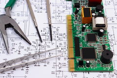 Gedrukte kringsraad en precisiehulpmiddelen op diagram van elektronika, technologie Stock Foto's