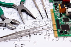 Gedrukte kringsraad en precisiehulpmiddelen op diagram van elektronika, technologie Royalty-vrije Stock Afbeelding