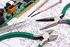 Gedrukte kringsraad en precisiehulpmiddelen op diagram van elektronika, technologie Stock Afbeelding