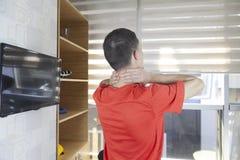 Geduldig, einige spezielle Übungen unter Überwachung der Arznei tuend stockbild