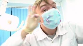 Geduldig standpunt aan de bloedige gekke tandarts met gekke boze ogen die zijn patiënt doden media Psychopaat arts stock videobeelden