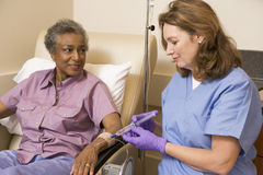 Geduldige durchmachende Chemotherapie Traetment lizenzfreie stockbilder
