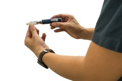 Geduldige gebruikende de insulineinjectie van de mensendiabetes op witte achtergrond stock foto