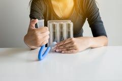 Geduldige gebruikende incentivespirometer of drie ballen voor bevorderen long stock foto