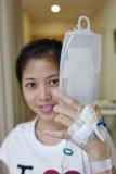 Geduldige greep haar IV druppelbuis Royalty-vrije Stock Fotografie