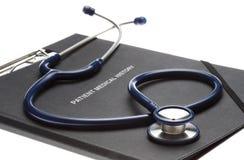 Geduldige Krankengeschichte und Stethoskop der Datei auf Weiß stockfotografie