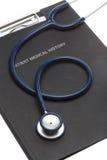 Geduldige Krankengeschichte und Stethoskop der Datei auf Weiß lizenzfreies stockfoto