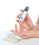 Geduldige messende waagerecht ausgerichtete Blutprobe der Glukose des Diabetes mit glucome lizenzfreies stockbild