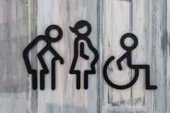 Geduldige Vorhänge des alten Mannes sperren Babyleute der schwangeren Frau des Handikaps Kinder lizenzfreies stockbild