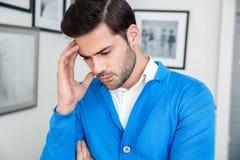 Geduldige Wartepsychologiesitzung des jungen Mannes, die hinunter durchdachtes schaut lizenzfreie stockfotografie