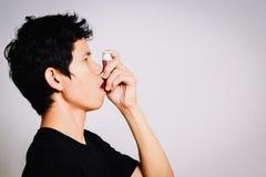 Geduldiger Gebrauch inhalierte Steroide für Festlichkeit Asthma stockfotografie