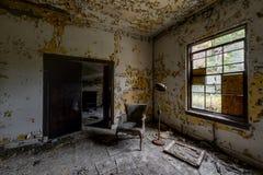 Geduldiger Raum - verlassenes Krankenhaus u. Pflegeheim lizenzfreies stockbild