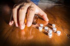 Geduldiger Versuch, zum von Medizin einzunehmen Lizenzfreie Stockfotografie