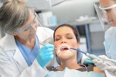 Geduldiges Zahnarztteam der zahnmedizinischen Kontrollfrau stockbilder