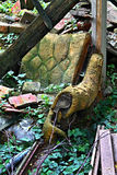 Gedumpte oude stoel Stock Foto's