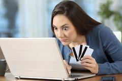 Gedwongen online klant of gokker thuis royalty-vrije stock afbeeldingen