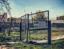 Gedwongen poort in beschermd gebied stock afbeeldingen