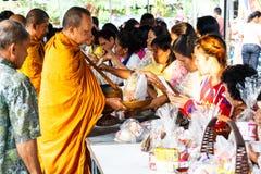 Geef aalmoes aan een Boeddhistische monnik bij Nieuw jaar in Thailand Stock Foto's