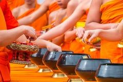 Geef aalmoes aan een Boeddhistische monnik in Thailand Stock Foto