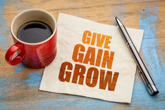 Geef, bereik en groei op servet Stock Fotografie