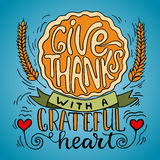 Geef dank met een dankbaar hart - Thanksgiving day het van letters voorzien de kalligrafie drukt met pompoenpastei en oren uit De royalty-vrije illustratie