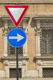 Geef en de tekens van de juiste pijlrichting met oude Italiaanse militaire accademy uiting als achtergrond Royalty-vrije Stock Foto