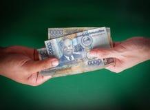 Geef geld stock foto