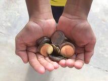 Geef geldkinderen aan school royalty-vrije stock foto