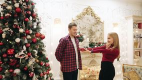 Geef giften dichtbij de Kerstboom stock footage