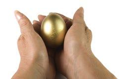 Geef het gouden ei Royalty-vrije Stock Afbeeldingen