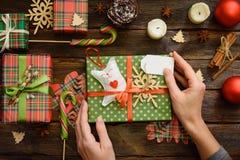 Geef huidig vakje, decoratie van gift op houten lijst Stock Afbeeldingen